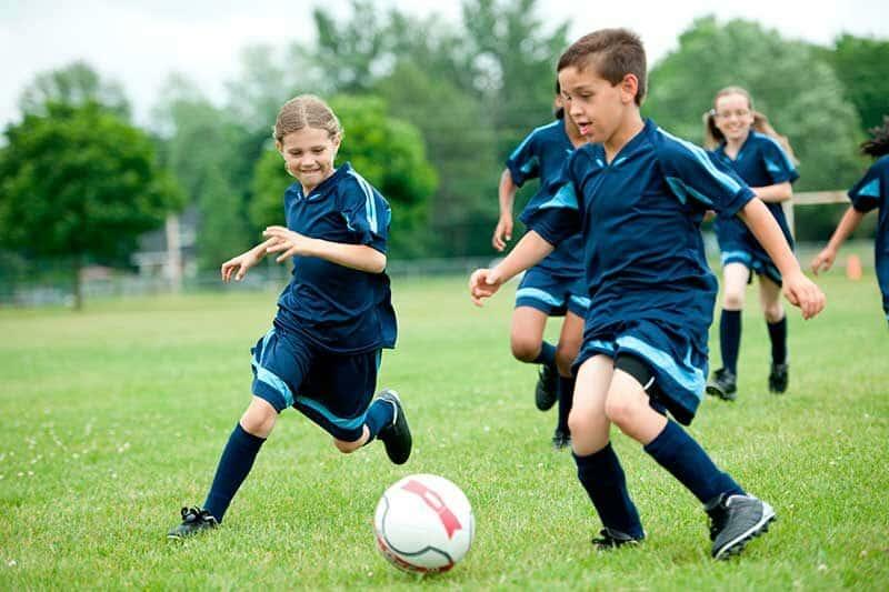 Barn med Severs skada spelar fotboll utan smärta i hälen.